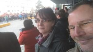 Vorsitzender Mathias Griesbach und Schatzmeisterin Corinna Zogall vor der Sekundarschule Drei Türme