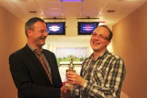HGV Vereinsbowling 2014 - Vorsitzender Griesbach gratuliert dem Siger Marcel Grauke